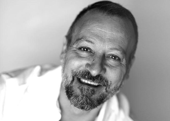 In questa fotografia in bianco e nero Donato Cremonesi. CEO e Founder di Factory Communication, Agenzia Marketing, Comunicazione, Web e Social Media