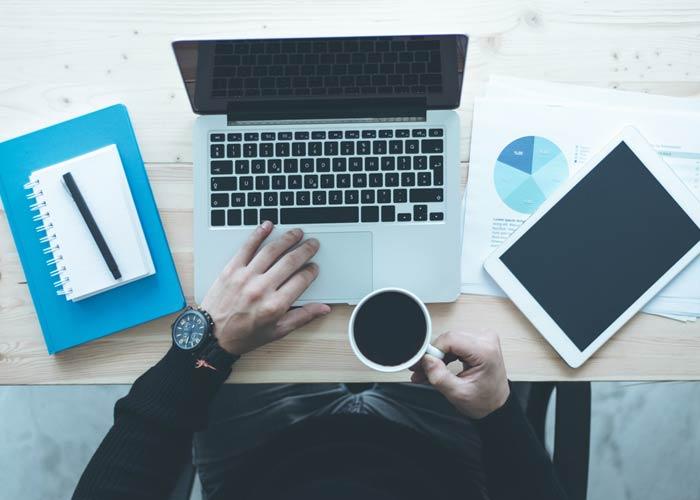 In questa foto una persona sta lavorando al computer. L'immagine è stata utilizzata per l'articolo che parla della strategia seo. Il SEO si basa sulla ricerca delle parole chiave o keyword utilizzate dagli utenti per effettuare ricerche online. Queste keywords vengono poi utilizzate per creare i contenuti del sito