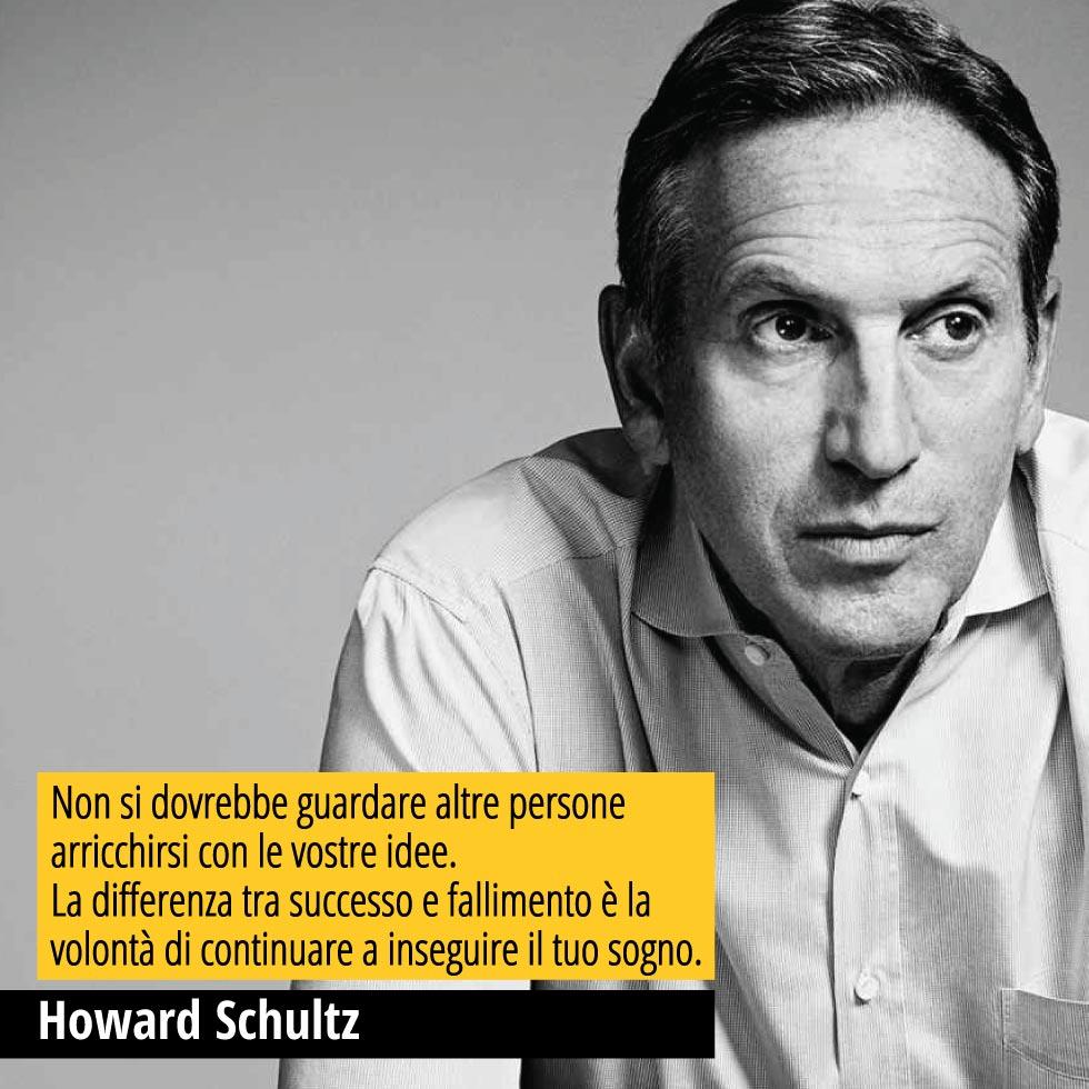 """In questa immagine in bianco e nero Howard Schultz ex CEO Starbucks. Sull'immagine è riportata una sua famosa citazione """"Non si dovrebbe guardare altre persone arricchirsi con le vostre idee. La differenza tra successo e fallimento è la volontà di continuare a inseguire il tuo sogno."""""""