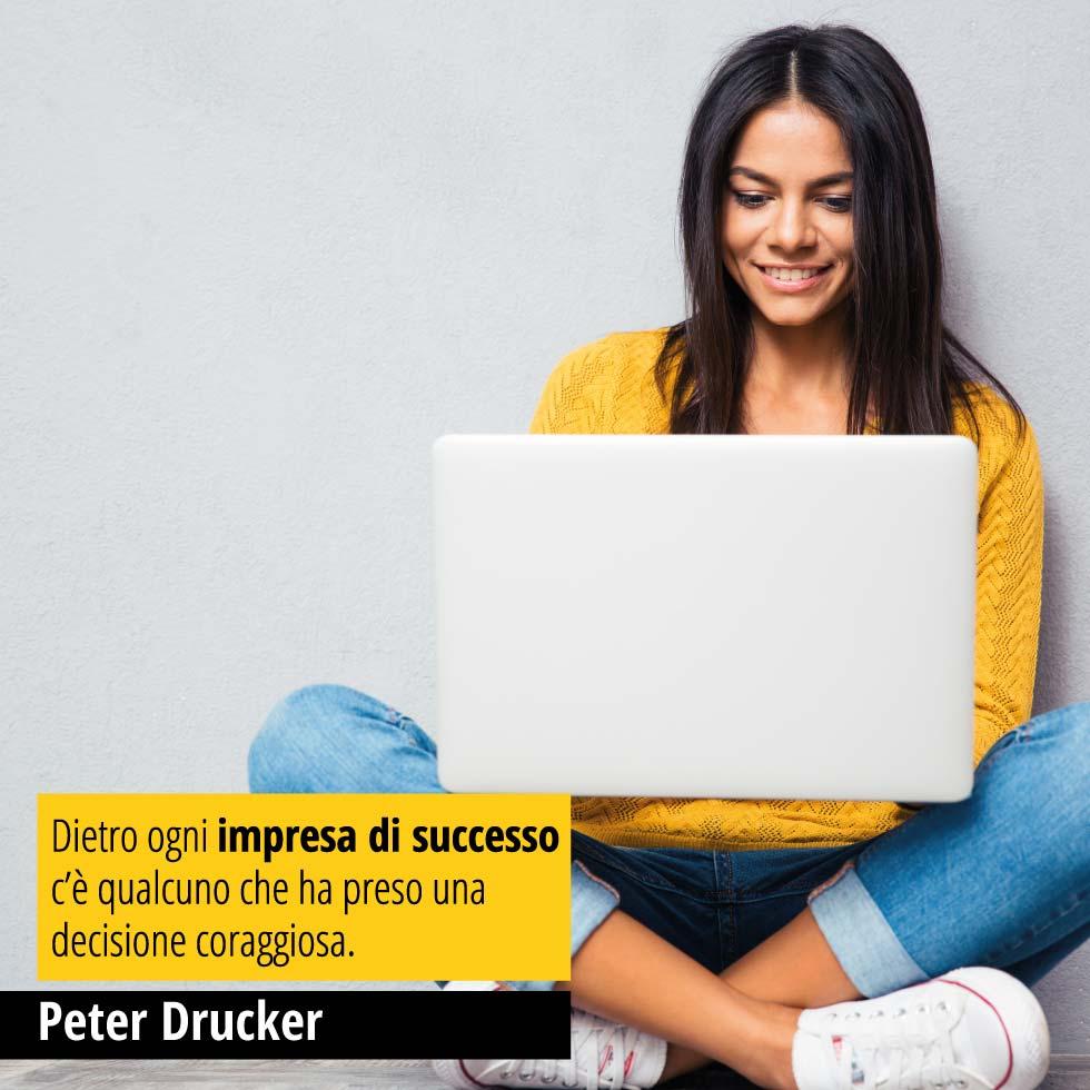 """Citazione di Peter Drucker """"Dietro ogni impresa di successo c'è qualcuno che ha preso una decisione coraggiosa."""""""