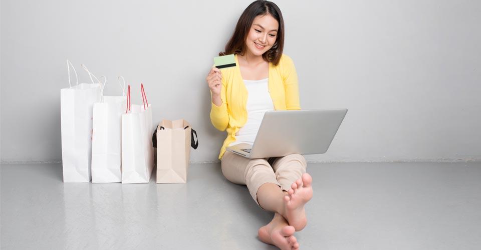Giovane donna che compra online
