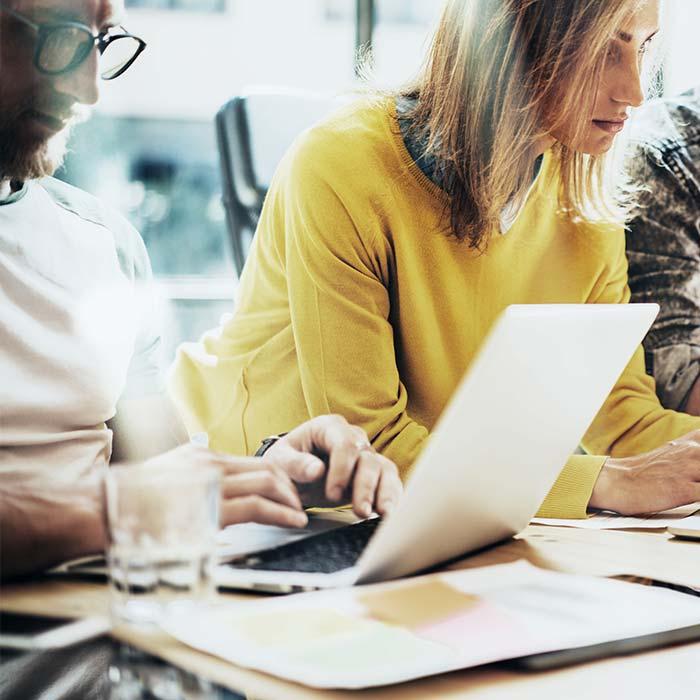 Fare content marketing significa realizzare contenuti di qualità, pubblicati sul Web, che hanno come primo obiettivo la costruzione di un legame forte con il proprio pubblico potenziale. Questo determina un incremento della visibilità del Brand e del relativo business.