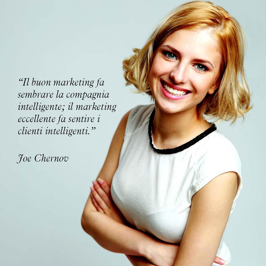 """Citazione di Joe Chernov """"Il buon marketing fa sembrare la compagnia intelligente; il marketing eccellente fa sentire i clienti intelligenti."""""""