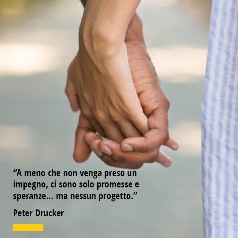 """Citazione di Peter Druker """"A meno che non venga preso un impegno, ci sono solo promesse e speranze... ma nessun progetto."""""""