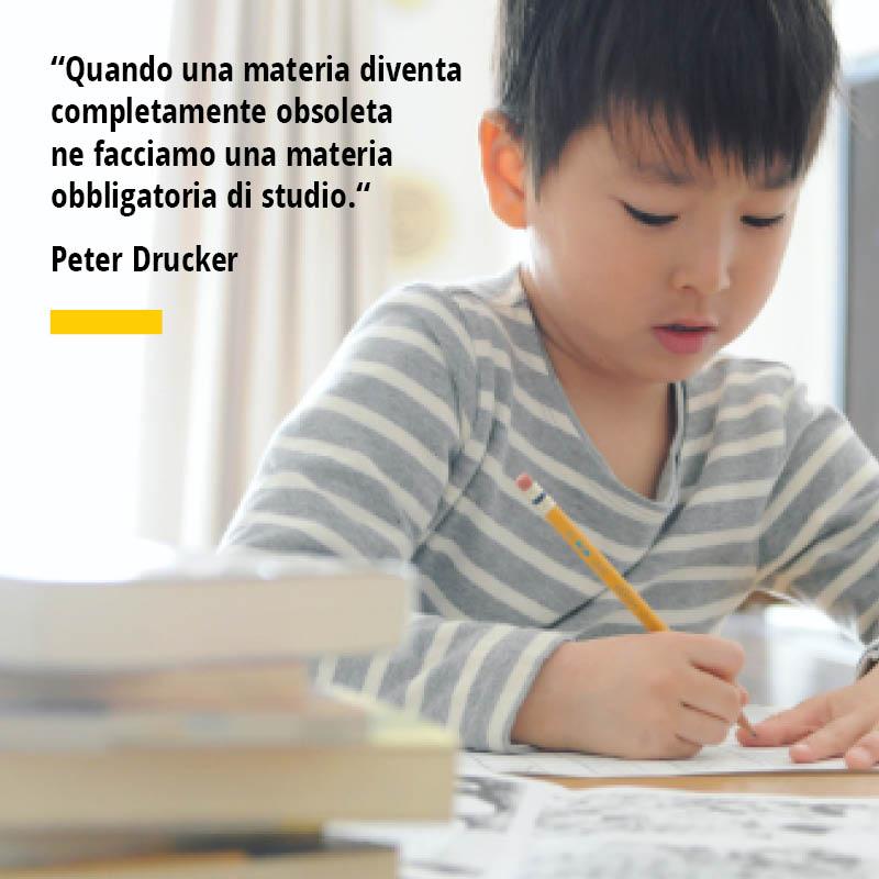 """Citazione di Peter Drucker """"Quando una materia diventa completamente obsoleta ne facciamo una materia obbligatoria di studio."""""""